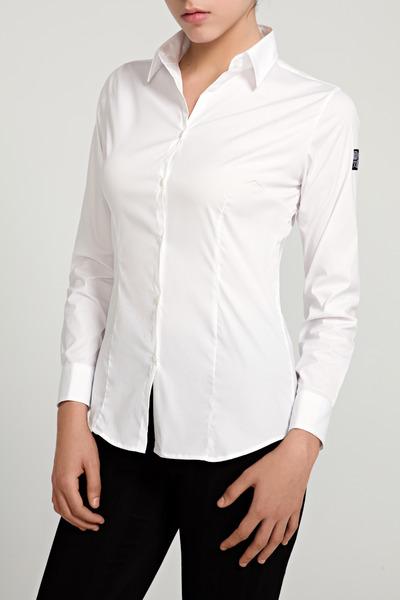 El arte de saber llevar las camisas de mujer requiere conocerse a sí misma. Salvo las camisas blancas, que favorecen a todo el mundo, debes tener cuidado al elegir los colores. Salvo las camisas blancas, que favorecen a todo el mundo, debes tener cuidado al elegir los colores.